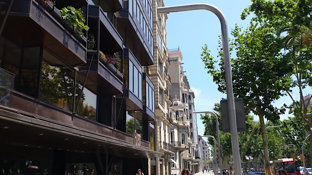 Barcelona stands out in design and a sample of it are the streetlights in the Diagonal