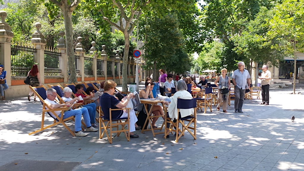 living outdoors, gathering and enjoying moments together... this is the way locals enjoy life in Barcelona
